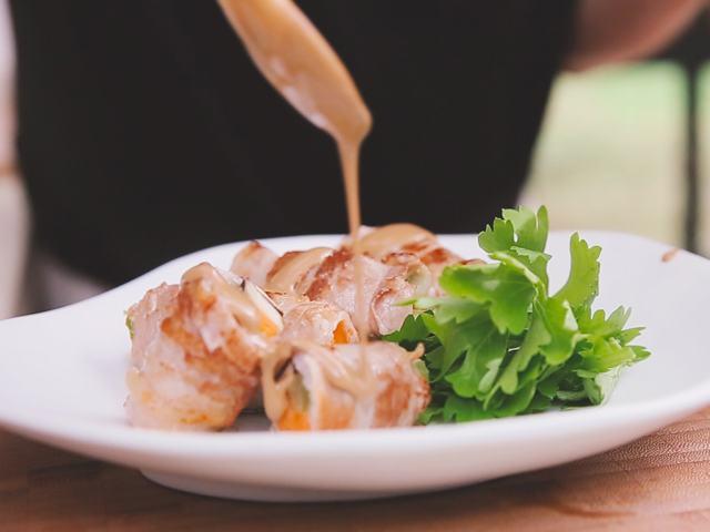 Chống ngán bữa trưa bằng món thịt ba chỉ cuộn rau củ vừa ngon vừa dễ làm