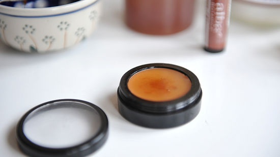 Dưỡng môi an toàn với cách làm son bóng dưỡng môi từ vaseline cùng sáp ong