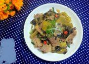 Bữa trưa đơn giản với thịt lợn xào dưa chua chỉ tốn 15 phút