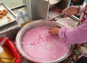 Người phụ nữ làm bánh khoai mỡ nhanh như máy vẫn không kịp bán